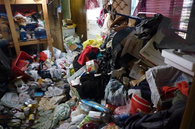 """Imagem do programa de TV a cabo """"Acumuladores"""", que mostra a rotina de pessoas que vivem em casas abarrotadas de coisas"""
