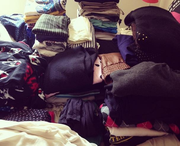 Antes de dobrar e guardar, você pode separar as peças que fucam em categorias - camisas, calças, blusinhas, casacos, pijamas. Isso vai te dar uma noção de quanto espaço você precisa para cada uma delas.