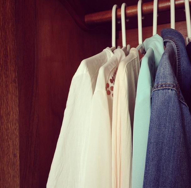A arrumação por cores vem somente na hora de guardar as roupas no armário... Gosto de começar pela mais clara e ir escurecendo.