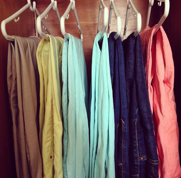 Muitas pessoas me perguntam se eu deixo calça social junto com calça jeans e a resposta é: sim! Com o passar dos anos, aprendi que não existe esse tipo de diferenciação entre as roupas. Se todas forem boas, você consegue montar excelentes combinações para qualquer ocasião.