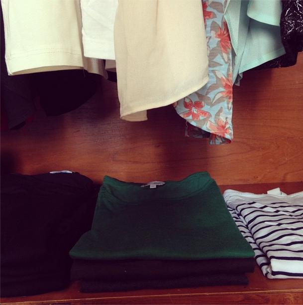 """O que eu acho legal dessa fase são as conclusões que a gente chega, tipo... """"Nossa, como eu gosto de blusinha listrada, tenho um monte! Não preciso mais comprar blusas desse tipo"""" ou """"Amo essa blusinha verde, então eu sei que uma camisa nesse tom pode ser uma boa aquisição para mim""""."""