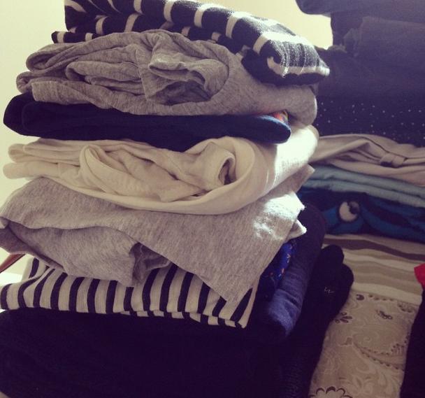 Essa é a pilha das roupas que eu não uso porque ficam feias no meu corpo. Nem vou olhar de novo - separei pra doação direto! Já coloca num plástico pra nem olhar de novo e recuperar por dó coisa que você nunca vai usar!