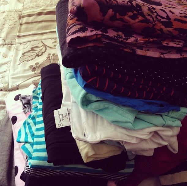 Tenho aqui uma pilha de roupas que não estava usando porque são de outras estação. Vou guardá-las junto com as outras.