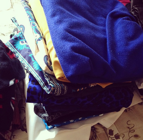 Eu tenho uma pilha de roupas aqui que eu julguei que mereciam uma segunda chance, por qualquer motivo... Vou analisá-las de novo e decidir o que realmente quero manter e que vale a pena. Mas olha, tem que analisar caso a caso e ter parcimônia aqui!