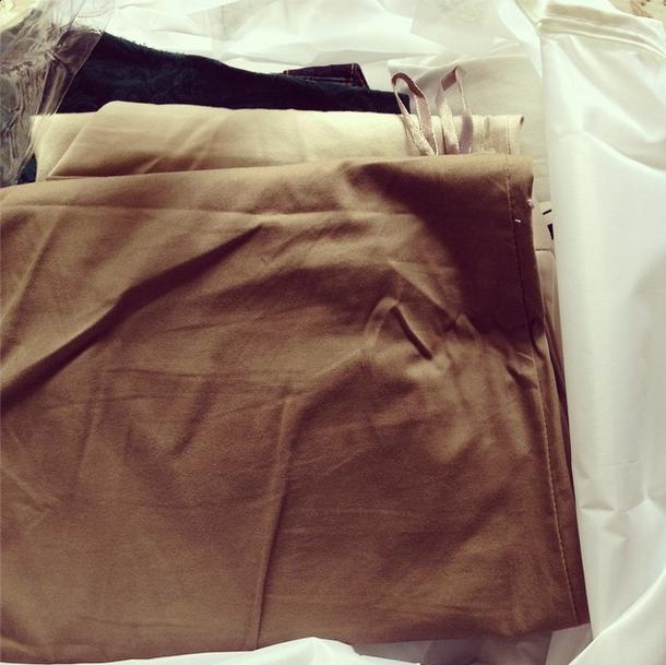 As roupas que estão um pouco apertadas eu vou guardar na parte de cima do guarda-roupa, em um porta-lençol. Mas atenção! Isso só vale se você estiver em processo de emagrecimento e por tempo limitado! Se em um ano você não tirar nenhuma roupa dali, doe tudo!