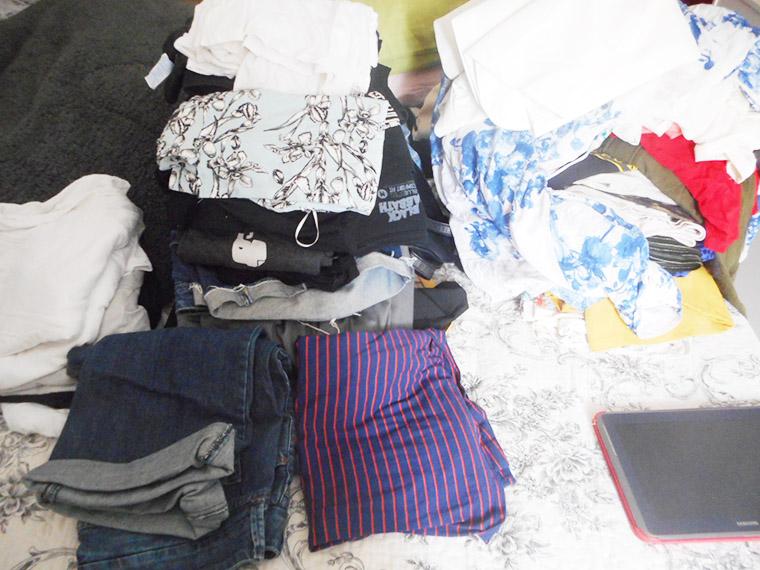 """Sim, eu também fiquei meio """"OMG"""" colocando essa quantidade enorme de roupas na cama"""